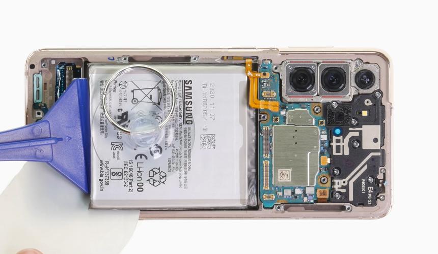 Der Akku des Galaxy S21 wird gelöst