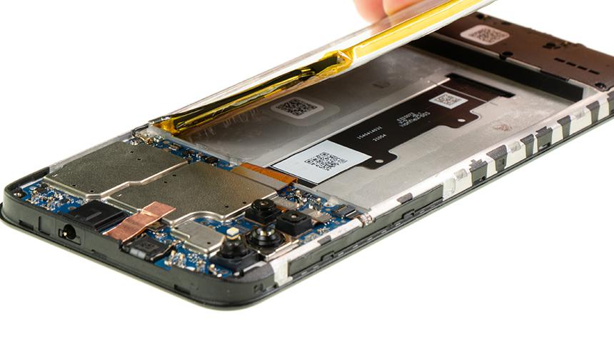 Der Akku des Motorola moto g10 wird aus Gerät genommen