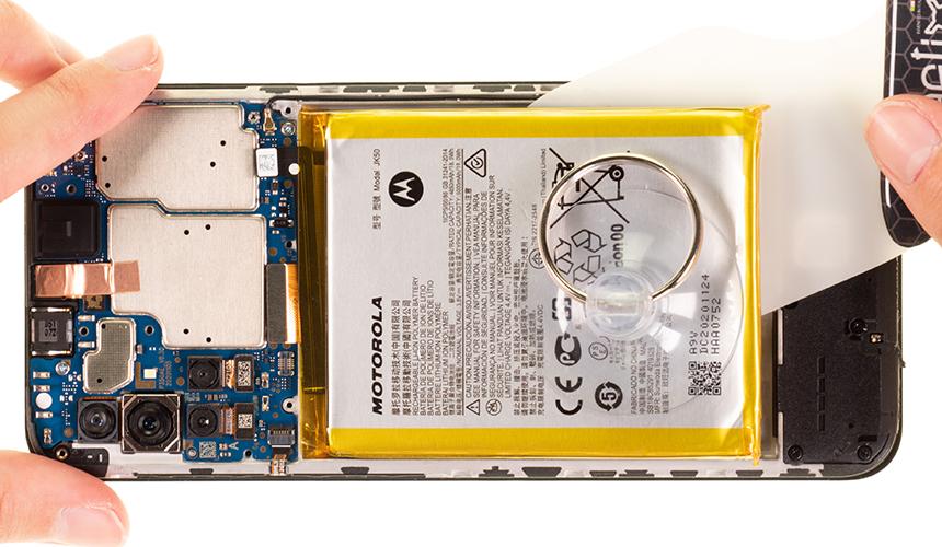 Der Akku des Motorola moto g10 wird mit iPlastix vom Gehäuseboden gelöst