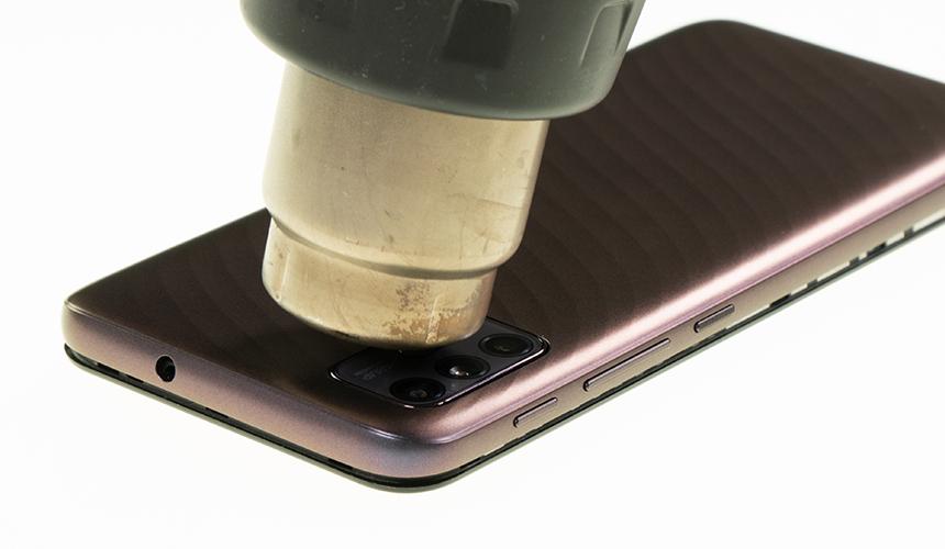 Verklebtes Kameramodul des Motorola moto g10 wird erwärmt