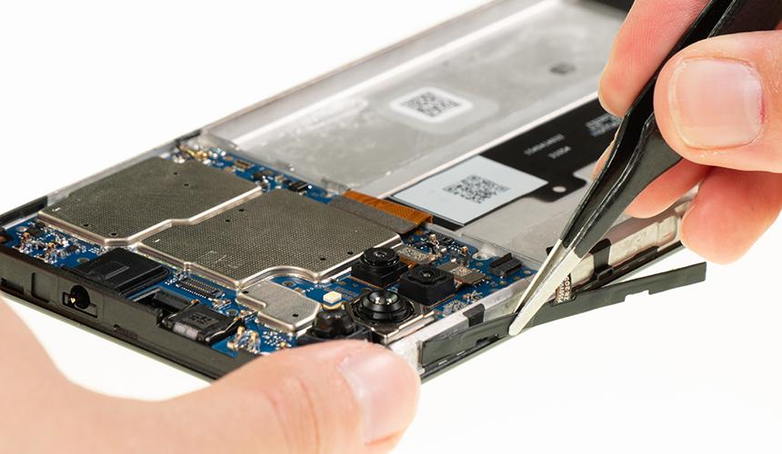 Das Lautstärkekabel des Motorola moto g10 wird vom Gehäuserahmen gelöst